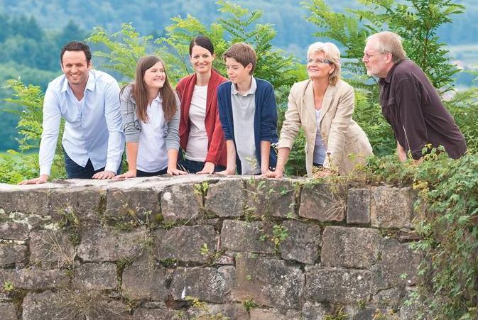 Besuchergruppe an einer Mauer; Foto: Staatliche Schlösser und Gärten Baden-Württemberg, Niels Schubert