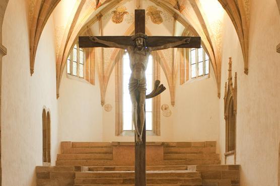 Kreuz mit Chorgewölbe der Klosterkirche Lorch; Foto: Staatliche Schlösser und Gärten Baden-Württemberg, Roland Schwarz