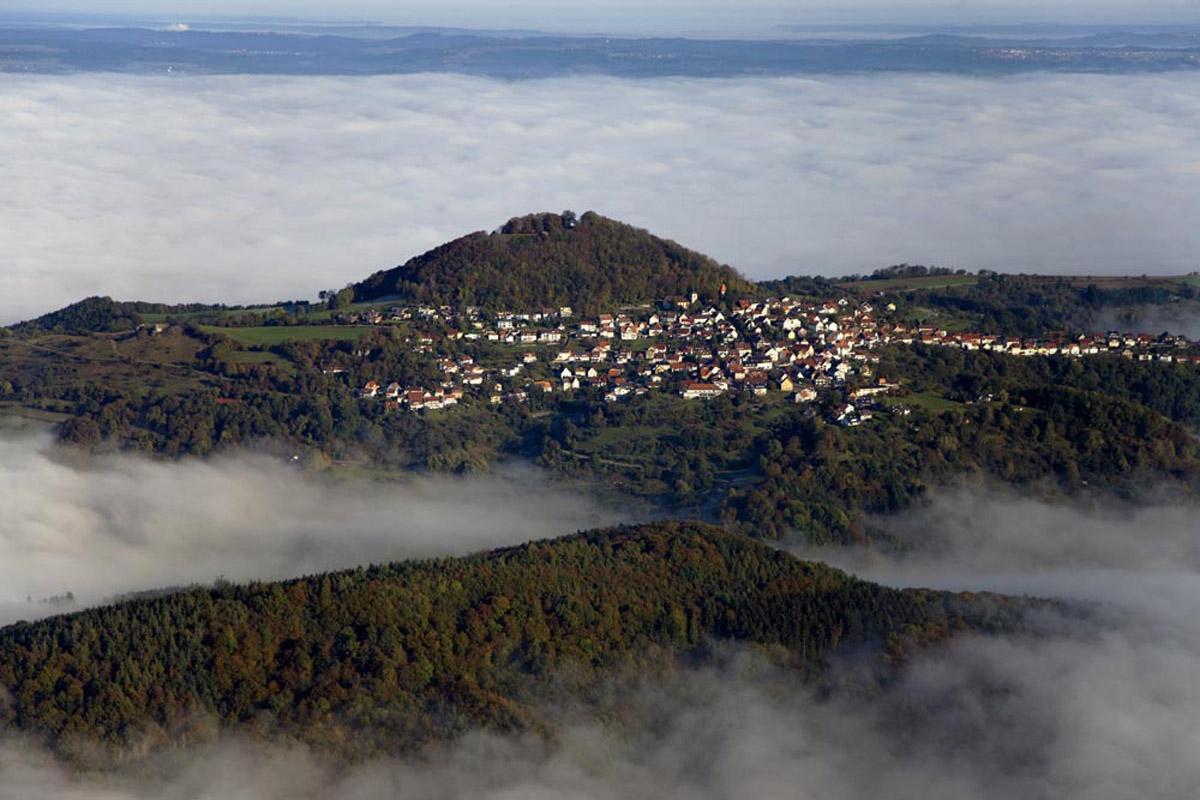 Panoramaaufnahme des Hohenstaufen mit Stadt; Foto: Staatliche Schlösser und Gärten Baden-Württemberg, Achim Mende