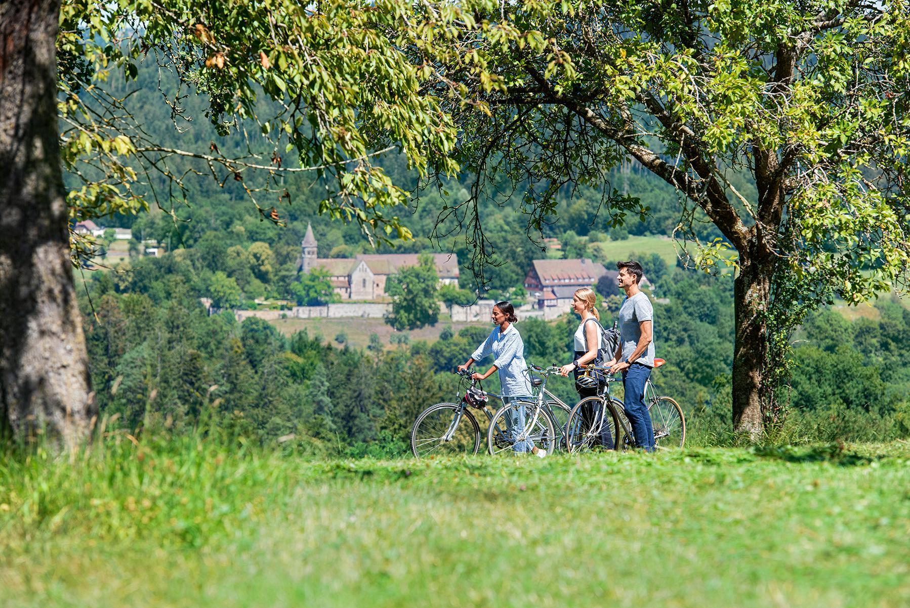 Kloster Lorch, Radfahrer mit Kloster Lorch im Hintergrund