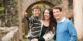 Junge Familie bei einer Besichtigung
