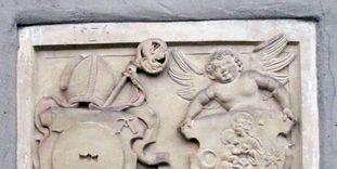 Links das Mühlsteinwappen des Abtes Laurentius Autenrieth und rechts das Lorcher Klosterwappen