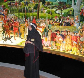 Monastery tour guide in historical clothing in front of the mural of the House of Staufen at Lorch Monastery. Image: Staatliche Schlösser und Gärten Baden-Württemberg, Julia Haseloff