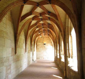 Kreuzgang von Kloster Lorch mit gotischem Gewölbe; Foto: Staatliche Schlösser und Gärten Baden-Württemberg, Julia Haseloff