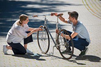 Kloster Lorch, zwei junge Radfahrer reparieren ein Fahrrad